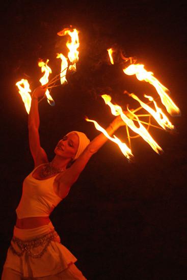 Feuertänzerin mit Feuerfächer in weissem Kostüm