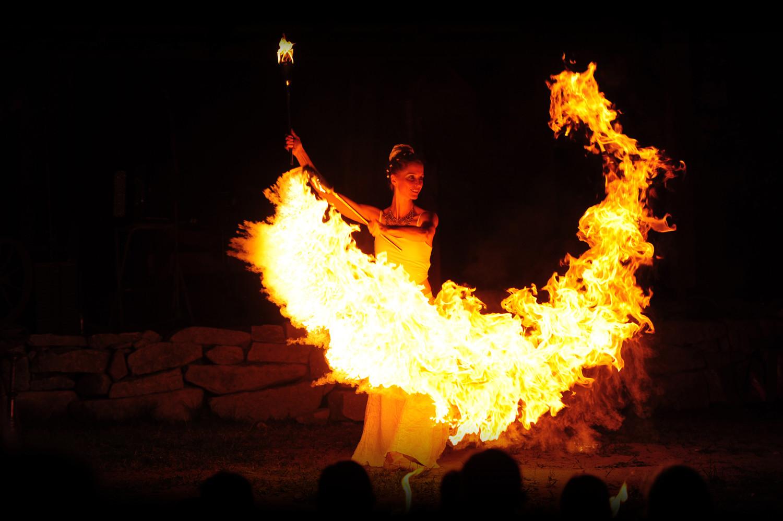 Feuerkünstlerin mit großem Feuerschweif Effekt bei Feuershow