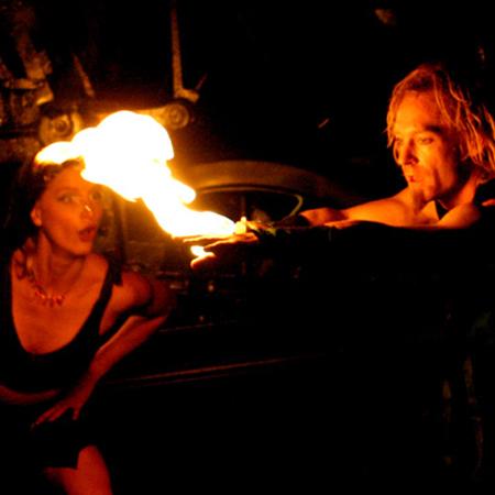 Feuerkünstler zieht Feuer über Hand