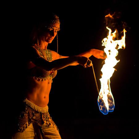 Anne Devries während Feuershow im orientalischen Kostüm