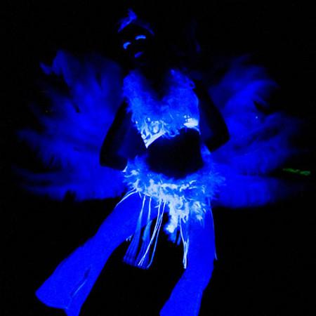 Tänzerin im Schwarzlicht mit Federfächern