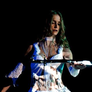 Orientalische Tänzerin balanciert Säbel auf Ihrer Hand